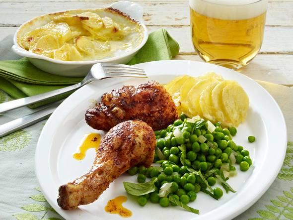 Gebackene Hähnchenkeule mit Erbsengemüse und Kartoffelgratin Rezept