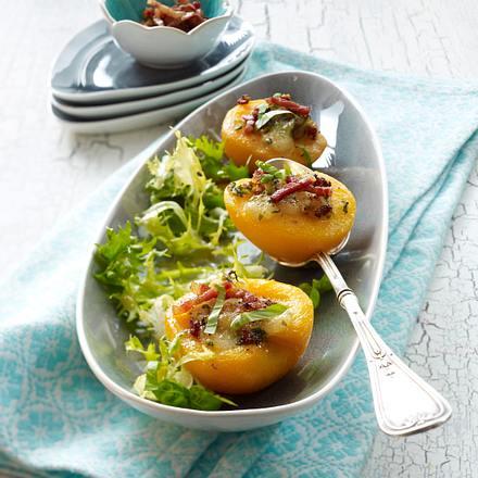 Gebackene Pfirsichhälften mit Mozzarella, Bacon und Basilikum auf Salat Rezept