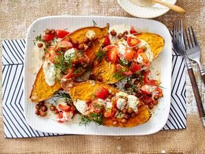 Gebackene Süßkartoffeln mit Kichererbsen und Sesam-Mandel-Soße Rezept