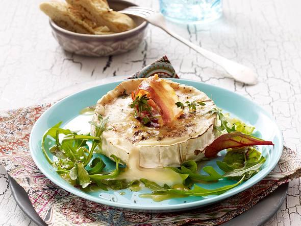 Gebackene Ziegenkäsetaler mit Speck, Thymian und Honig auf Salat Rezept