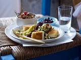 Gebackener Schafskäse mit Dattel-Zucchini-Salat Rezept