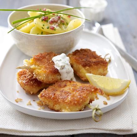 Gebackenes Fischfilet mit Kartoffelsalat und Remouladensoße Rezept