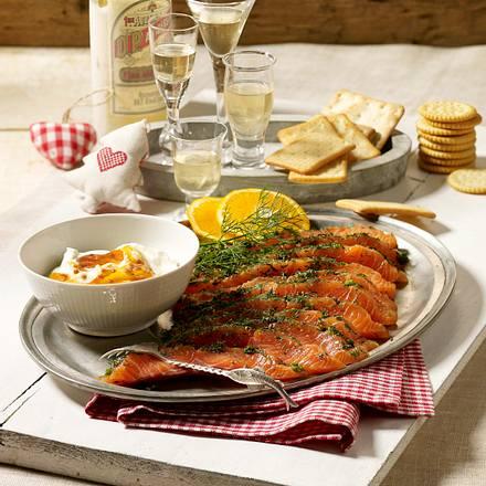 Gebeizter Lachs mit Moltebeeren-Crème fraîche-Dip Rezept