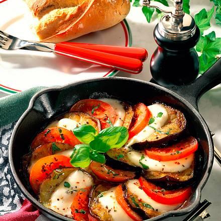 Gebratene Auberginen mit Tomate und Mozzarella Rezept