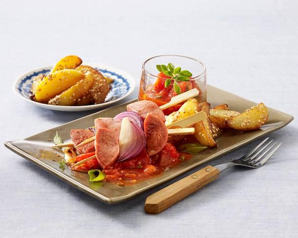 Gebratene Fleischwurst mit Tomatensalsa und Sesam-Kartoffelspalten Rezept