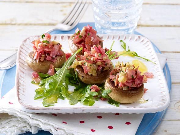 Gebratene gefüllte Champignons auf Blattsalat Rezept