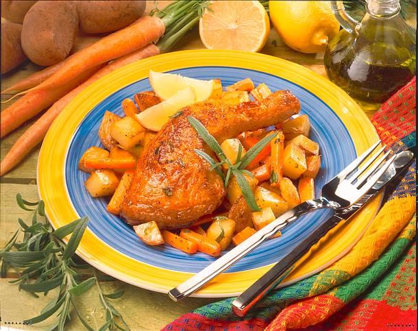 Gebratene Hähnchenkeulen mit Kartoffeln und Möhren Rezept