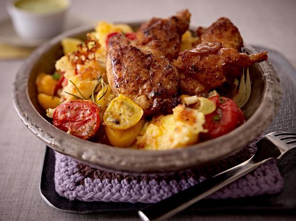 Gebratene Hähnchenkeulen-Streifen mit Kartoffeln und Tomaten Rezept