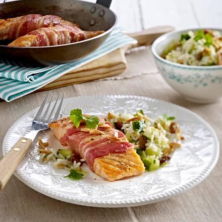 Gebratene Lachstranchen im Speckmantel zu Reissalat Rezept