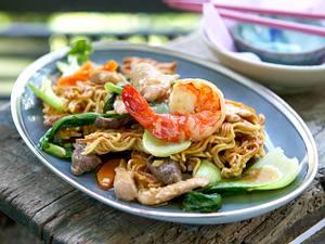 Gebratene Nudeln mit dreierlei Fleisch (Chow mein) Rezept