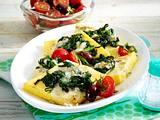 Gebratene Polentaschnitten mit Spinat und Gorgonzola mit Tomatensalat Rezept