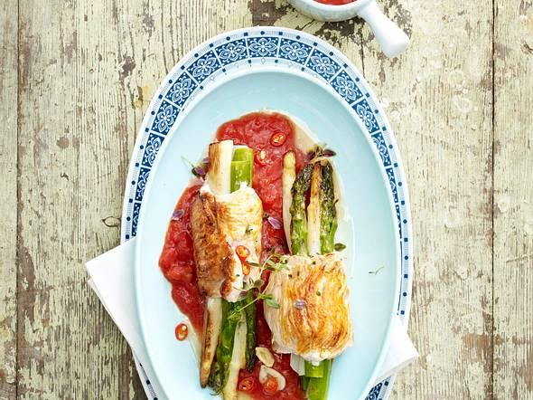 Gebratene Spargelpäckchen auf Tomatensoße Rezept