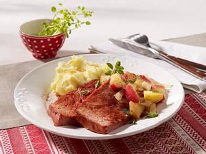 Gebratener Fleischkäse mit Apfel-Zwiebel-Kompott und Meerrettich-Kartoffelpüree Rezept