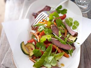 Gebratener Gemüsesalat mit Steakstreifen Rezept