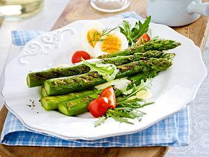 Gebratener grüner Spargel mit Zitronen-Buttersoße und Ei Rezept