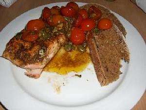 Gebratener Lachs mit Tomaten-Sauerteig-Brot und Jamies Tomaten-Knoblauch-Souce Rezept