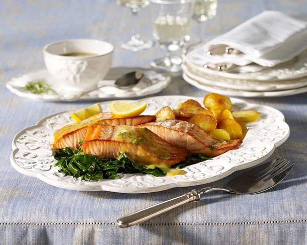 Gebratener Lachs zu Bratkartoffeln in Honig-Senf-Soße und Spinat Rezept