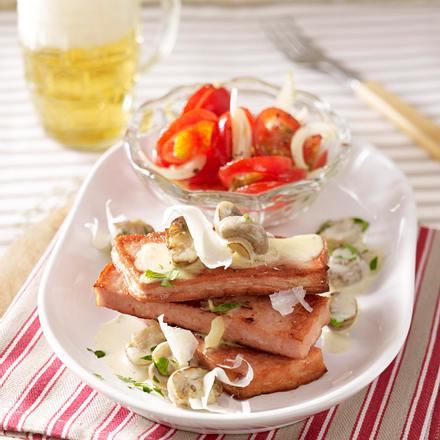 Gebratener Leberkäse mit Champignonrahm, Parmesanhobel und Tomatensalat Rezept