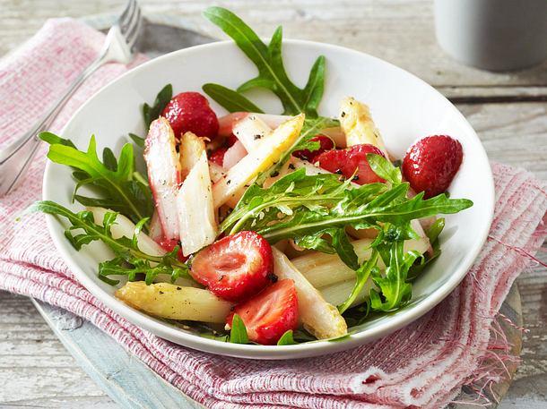Gebratener Spargelsalat mit Erdbeeren Rezept