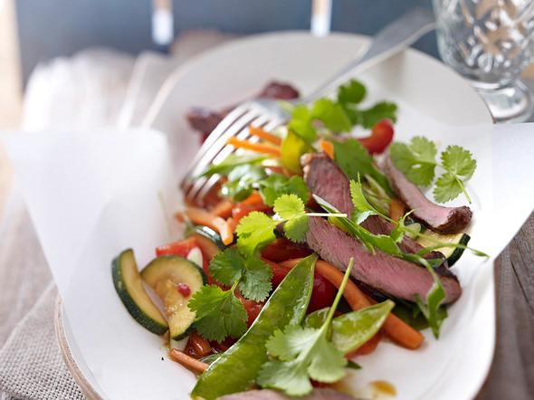 Gebratenes Gemüse zu Steakstreifen Rezept