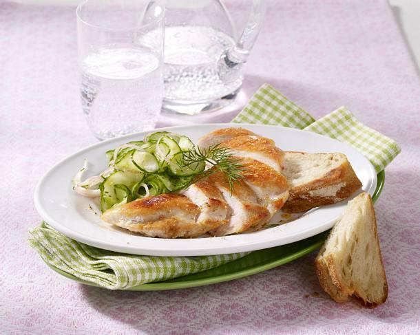 Gebratenes Hähnchenfilet mit Gurkensalat (Diät) Rezept