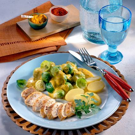 Gebratenes Hähnchenfilet mit Rosenkohl-Zwiebel-Curry und Salzkartoffeln Rezept