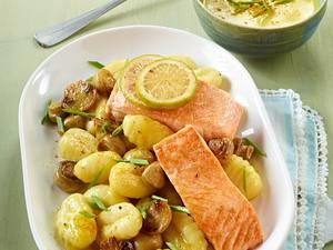 Gebratenes Lachsfilet mit Pilzen und Gnocchi Rezept