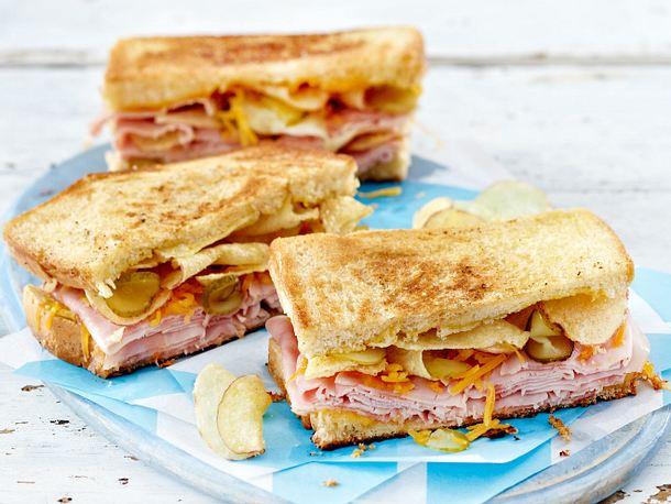 Gebratenes Schinken-Käse-Sandwich mit Kartoffelchips Rezept