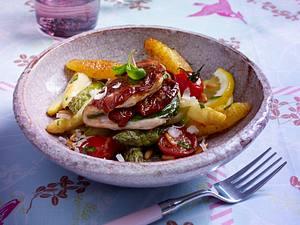 Gebratenes Spargelgemüse mit Schupfnudeln zu insideout Saltimbocca Rezept