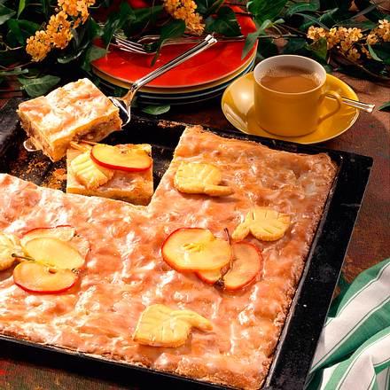 Gedeckter Apfelkuchen mit Rosinen und Mandeln Rezept