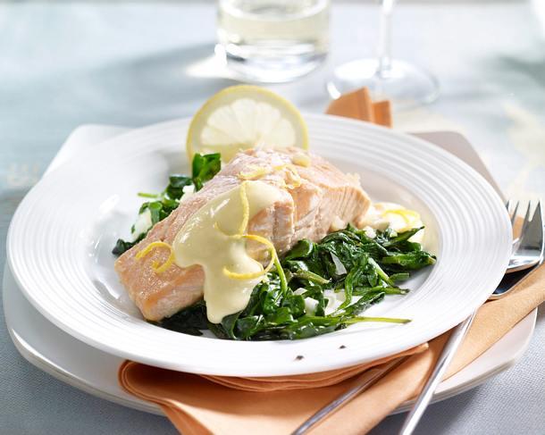 Gedünsteter Lachs auf Spinat mit Zitronen-Hollandaise Rezept