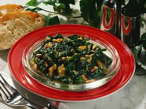 Gedünsteter Spinat mit Pinienkernen Rezept