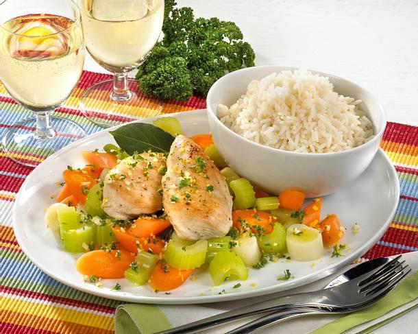 Gedünstetes Hähnchenfilet auf Gemüse Rezept