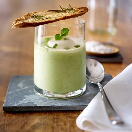 Geeiste Erbsen-Buttermilch-Suppe mit Zwiebelröstbrot-Crostini Rezept