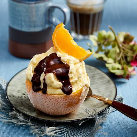 Geeiste Jaffa-Creme im Orangenkörbchen Rezept
