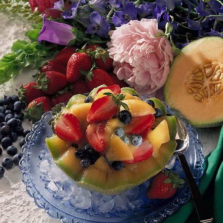 Geeiste Melonenhälften mit Beeren Rezept