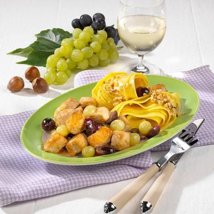 Geflügel-Trauben-Gulasch mit Nussnudeln Rezept