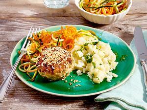 Geflügelfrikadelle auf Blumenkohlpüree mit Zucchini-Möhren-Salat Rezept