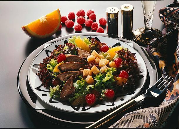 Geflügelleber auf fruchtigem Salat Rezept