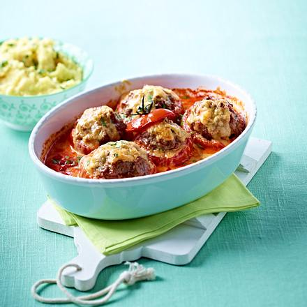 Gefüllte Fleischtomaten in Tomatenrahm zu Kartoffelstampf und Speck-Bohnen Rezept