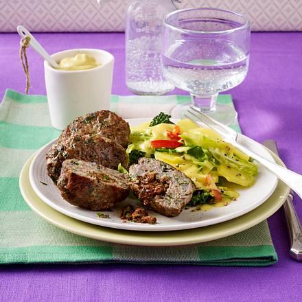 Gefüllte Geflügelfrikadelle mit Kartoffel-Wirsing-Salat Rezept