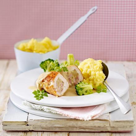 Gefüllte Hähnchenschnitzel a la cordon bleu zu Brokkoli und Kartoffelstampf Rezept