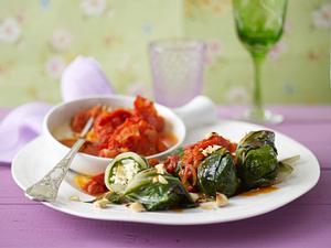 Gefüllte Mangold-Röllchen mit Mandel-Frischkäse-Reis zu geschmolzenen Tomaten Rezept
