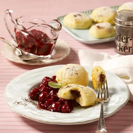 Gefüllte Mini-Dampfnudeln mit Kirschkompott Rezept