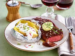 Gefüllte Ofenkartoffel mit Rumpsteak, Zwiebel-Kräuterbutter und Salat Rezept