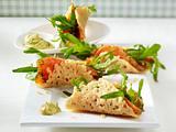 Gefüllte Parmesan-Tacos mit Lachs, Rauke, und Honig-Senf-Dill-Soße Rezept
