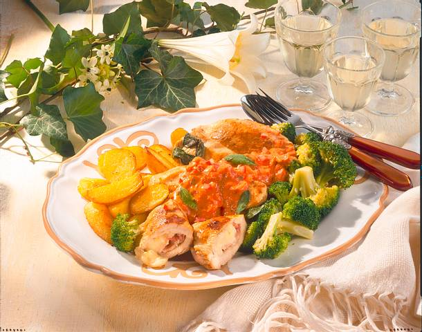 Gefüllte Putensteaks mit Tomaten-Salbei-Rahm Rezept