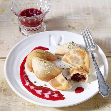 Gefüllte Ravioli mit getrockneten Früchten und Mandeln mit Himbeerpüree Rezept