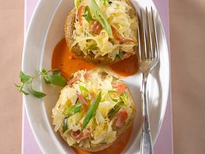 Gefüllte Riesenchampignons mit Sauerkraut auf Paprikasoße Rezept