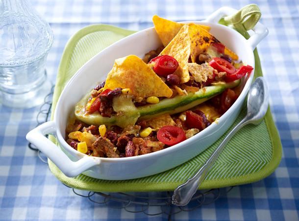 Gefüllte Schmorgurken mit Chili con carne und Taco Chips Rezept